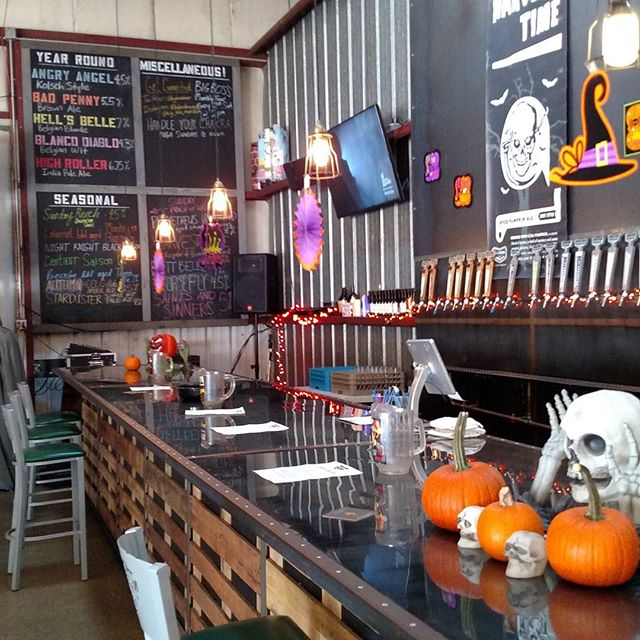 Happy Friday!!!! We are celebrating Halloween ALL weekend! Stop on by for a Bourbon Barrel Aged Harvest Time or Tavern Ale! Morfa Empanadas will be serving dinner! @big_boss_taproom @morfaempanadas #halloween #tgif #craftbeer #strangecargo